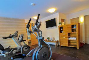 Das Fitnesscenter und/oder die Fitnesseinrichtungen in der Unterkunft Gasthof Hotel Zum Hirsch***S