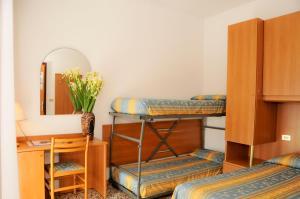 Palanda nebo palandy na pokoji v ubytování Albergo Santa Margherita
