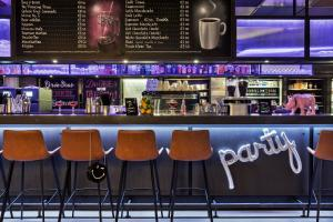The lounge or bar area at MOXY Frankfurt East