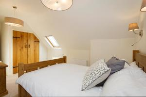 A bed or beds in a room at 1 Collared Dove Barn