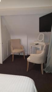 A television and/or entertainment center at Chambres d'Hôtes La petite Salamandre