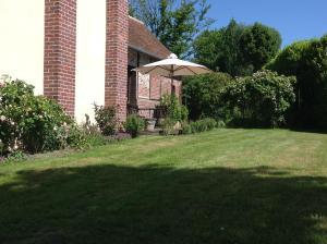 A garden outside Les Chambres de l'Abbaye