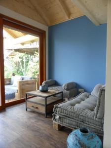 Ein Sitzbereich in der Unterkunft Baumhaushotel Oberbayern