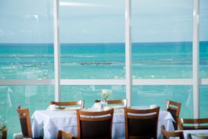 Um restaurante ou outro lugar para comer em Hotel Brisa Praia