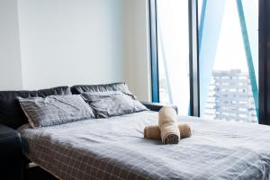 A bed or beds in a room at Luxury Living With a View - BSQ