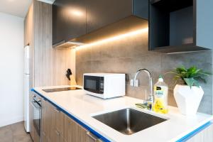 A kitchen or kitchenette at Luxury Living With a View - BSQ