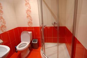 A bathroom at Таунхаус, оз. Банное