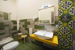 A bathroom at Le 4 Stagioni Dante's Suites H. Napoli Centro