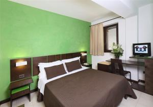 A bed or beds in a room at Hotel San Giovanni