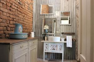 A bathroom at Perlman House