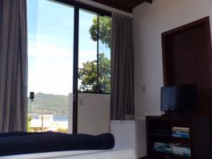 Una televisión o centro de entretenimiento en Quintal do Gravatá