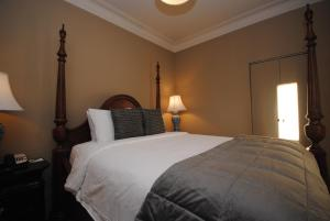 A bed or beds in a room at Bannerman Park Suites