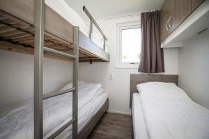 Een stapelbed of stapelbedden in een kamer bij Campingpark de Bongerd