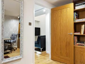 A television and/or entertainment centre at Modern 1 Bedroom Apartment in Kensington