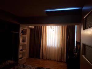 Uma TV ou centro de entretenimento em Apartment with Baku City and F1 view