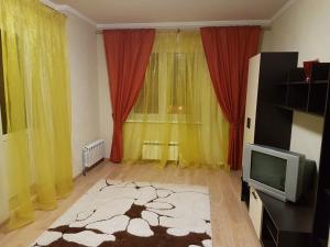 A television and/or entertainment centre at Щёлковские квартиры - Богородский 2