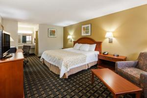 A bed or beds in a room at Days Inn by Wyndham Kent - Akron