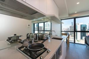 A kitchen or kitchenette at Melbourne CBD 1 Bedroom Skyline@La Trobe Tower