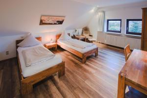 A bed or beds in a room at Ovelgönner Hof