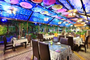 A restaurant or other place to eat at Guangzhou The Royal Garden Hotel