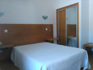 Uma cama ou camas num quarto em Dom Hotel