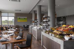 Un restaurante o sitio para comer en Salinas del Almiron Resort Termal