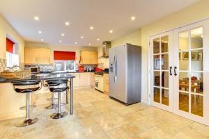 A kitchen or kitchenette at Ysgubor y Coed