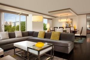 A seating area at Hilton McLean Tysons Corner