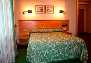 A bed or beds in a room at Hotel Ramos
