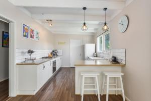 A kitchen or kitchenette at Blairgowrie Bella - light filled home with great deck
