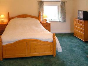 A bed or beds in a room at Bridge Farmhouse