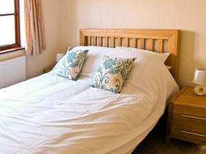 A bed or beds in a room at Pleasant Cottage