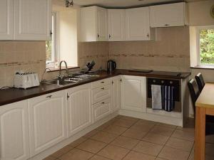 A kitchen or kitchenette at West Lodge