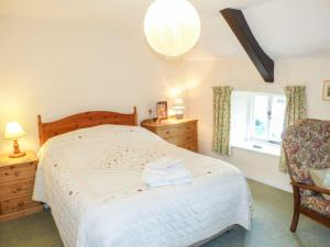 A bed or beds in a room at 2 Priory Cottages