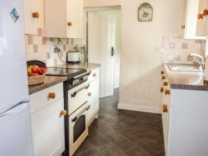 A kitchen or kitchenette at 2 Priory Cottages