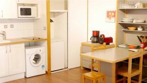 Cuisine ou kitchenette dans l'établissement Le Grand Chalet - Le Studio