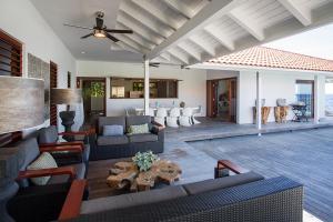 Uma área de estar em Villa Las Olas