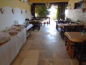 Um restaurante ou outro lugar para comer em Pousada Vira Sol