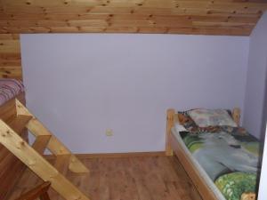 Łóżko lub łóżka piętrowe w pokoju w obiekcie Pohulanka - Białowieża