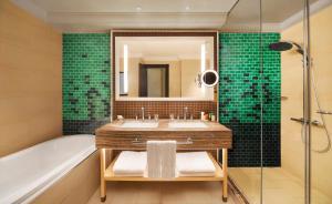 A bathroom at Hilton Ras Al Khaimah Beach Resort