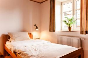 Ein Bett oder Betten in einem Zimmer der Unterkunft Meyers Hofcafe