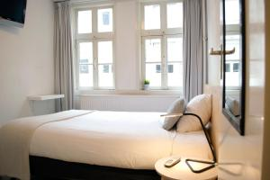 A bed or beds in a room at Hotel Beez