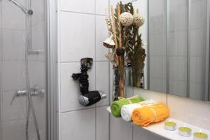A bathroom at Hotel-Pension Cortina