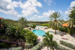 Uma vista da piscina em Blue Bay Villa's ou nos arredores