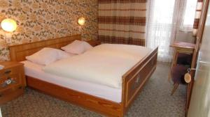 A bed or beds in a room at Gasthof Bergheimat