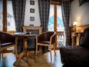 Ein Sitzbereich in der Unterkunft Auberge du Manoir