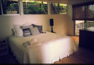 A bed or beds in a room at Swan Bay Hideaway
