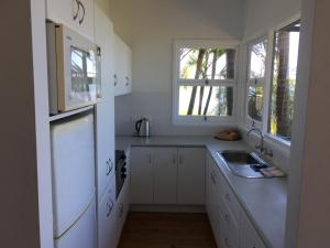 A kitchen or kitchenette at Swan Bay Hideaway