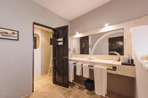A bathroom at Hotel Hacienda Mérida