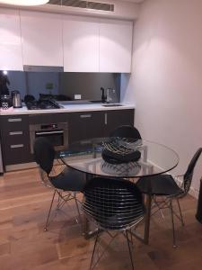 A kitchen or kitchenette at Wyndel Apartments North Sydney - Pacific